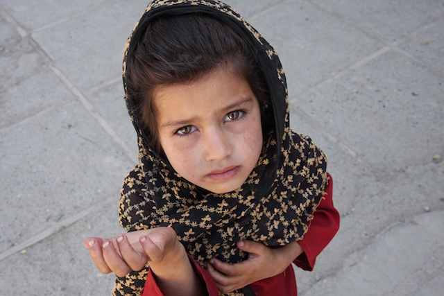 Afghan_girl_begging_640